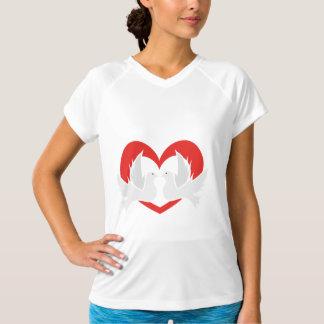 Camiseta Pombas de paz da ilustração com coração