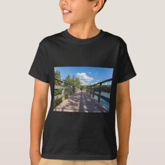 Camiseta Ponte de madeira longa sobre a água da lagoa