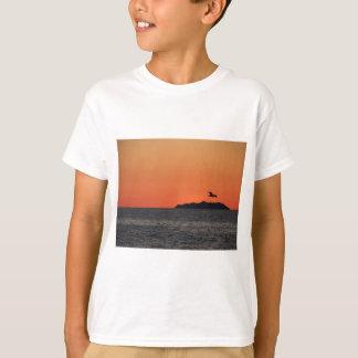 Camiseta Por do sol bonito do mar com silhueta da ilha
