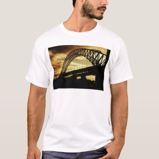 Camiseta Por do sol da silhueta da ponte de suspensão do