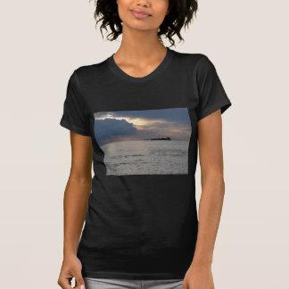 Camiseta Por do sol morno do mar com navio de carga e um