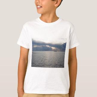 Camiseta Por do sol morno do mar com o navio de carga no
