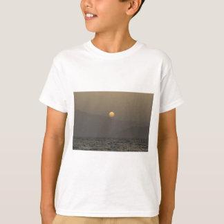 Camiseta Por do sol sobre montanhas da ilha de Paros