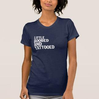 Camiseta Pouco Boobed e Tattooed