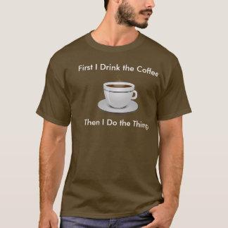 Camiseta Primeiramente eu bebo o café então que eu faço o T