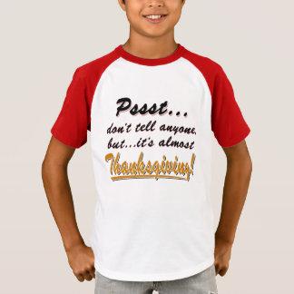 Camiseta Pssst… quase ACÇÃO DE GRAÇAS (preto)