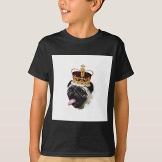 Camiseta Pug do entalhe em uma coroa