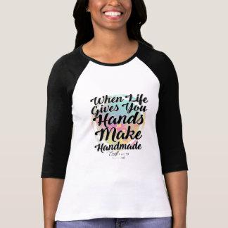 Camiseta Quando a vida lhe dá as mãos, faça Handmade