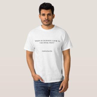 """Camiseta """"Quando na doença, olhar à espinha primeiramente."""