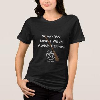 Camiseta Quando você ama uma bruxa Magick acontece mais o T