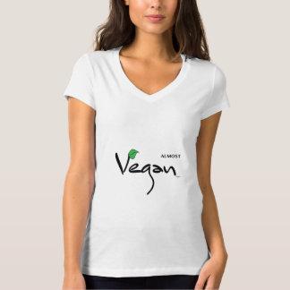Camiseta Quase Vegan com folha verde