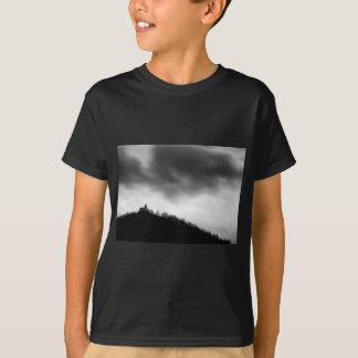 Camiseta Rainclouds sobre a igreja