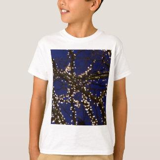 Camiseta Ramos com luzes de Natal e um céu azul escuro