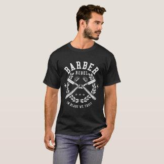 Camiseta Rebelde do barbeiro na lâmina que nós confiamos