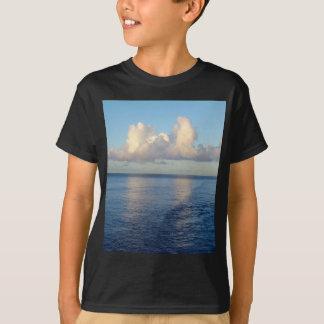 Camiseta Reflexões da nuvem do Seascape do amanhecer