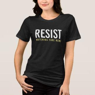 Camiseta Resist que olha a notícia falsificada