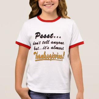 Camiseta Ringer Pssst… quase ACÇÃO DE GRAÇAS (preto)