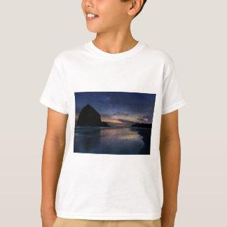 Camiseta Rocha do monte de feno sob o céu nocturno