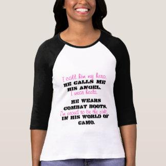 Camiseta Rosa em seu mundo do acampamento