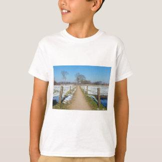 Camiseta Sandpath entre prados nevado no inverno holandês