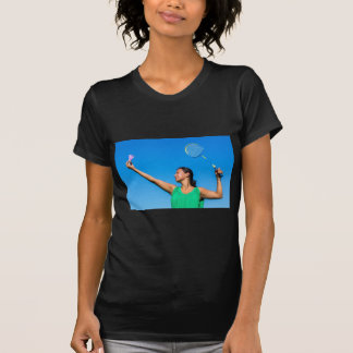 Camiseta Saque colombiano da mulher com raquete de