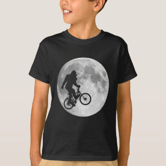Camiseta Sasquatch Bigfoot na bicicleta no céu com t-shirt