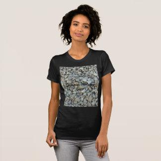 Camiseta Seixos na fotografia da pedra da praia