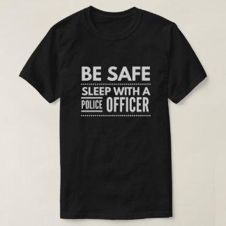 Camiseta Seja seguro, sono com um agente da polícia