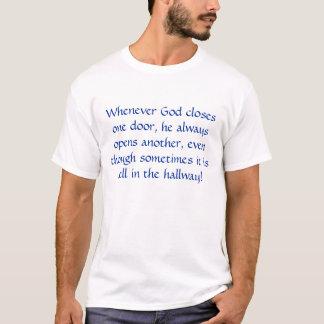 Camiseta Sempre que o deus fecha uma porta, abre sempre…
