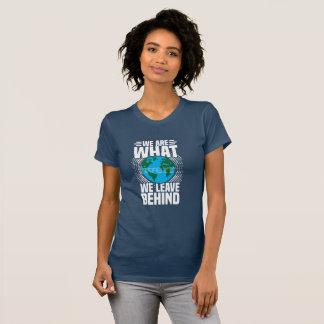 """Camiseta Senhoras """"nós somos o que nós deixamos atrás"""" do T"""