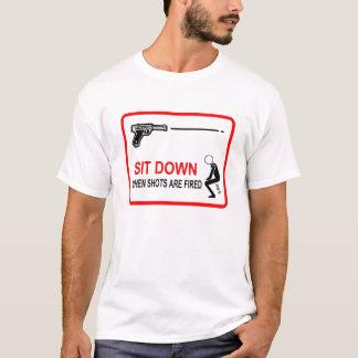 Camiseta sente-se para baixo quando os tiros são ateados
