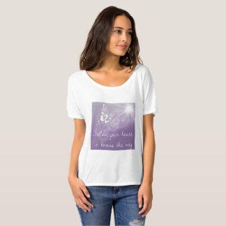 Camiseta Siga seu T da borboleta das senhoras do coração