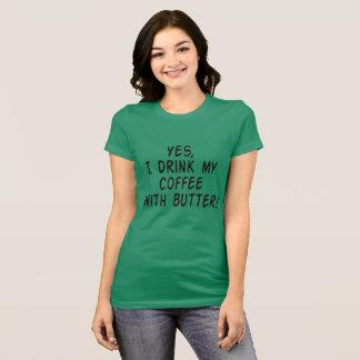 """Camiseta """"Sim, eu bebo meu café com o t-shirt da manteiga"""""""