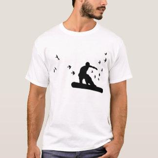 Camiseta snowboard. o conselho com pássaros. preto