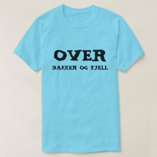 Camiseta sobre colinas e montanhas no azul norueguês