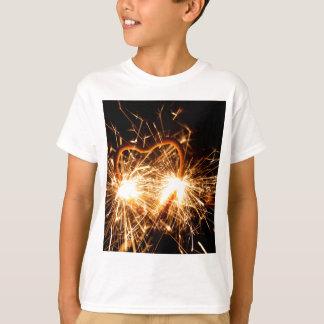 Camiseta Sparkler ardente no formulário de um coração