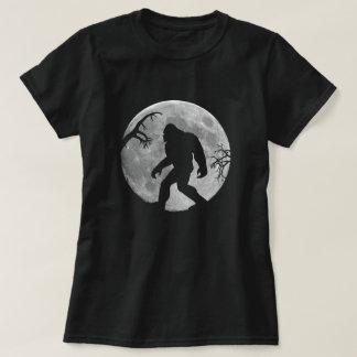Camiseta Squatchin ido com lua e silhueta