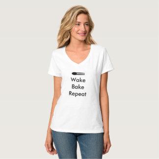 Camiseta T branco do V-Pescoço da repetição do assar do