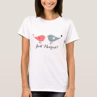 Camiseta T cor-de-rosa e azul bonito do recem casados do