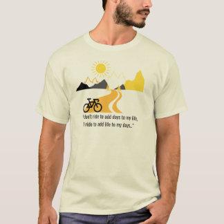 Camiseta T das montanhas e dos homens da bicicleta