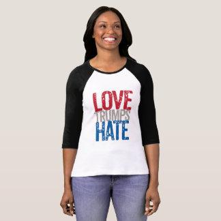 Camiseta T do Raglan do ódio dos trunfos do amor