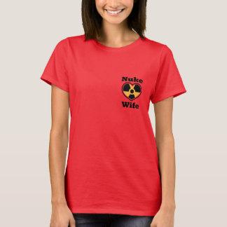 Camiseta T escuro húmido da esposa das armas nucleares