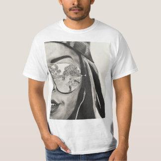 Camiseta T-shirt com desenho de carvão vegetal