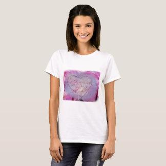 Camiseta T-shirt do coração e das pétalas cor-de-rosa