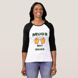 Camiseta T-shirt do dia de St Patrick: Drogas das canecas