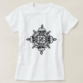 Camiseta T-shirt preto do design da mandala do Henna