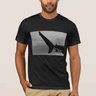 Camiseta T-shirt preto dos homens da cauda do tubarão