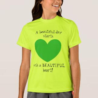 Camiseta T-shirt verde bonito do design do coração para