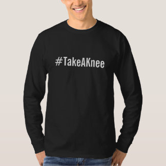 Camiseta #TakeAKnee, texto branco corajoso no preto