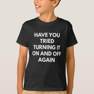 Camiseta Tem você tentado desligá-lo sobre e outra vez